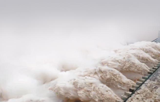 8月20日上午,三峽大壩開啟11孔洩洪,創建成以來最大出水量。(取自微博@人民日報)