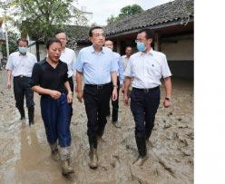 8月20日上午,大陸總理李克強到洪水災情嚴重的重慶市潼南區雙壩村勘災。(取自微博@重慶日報)