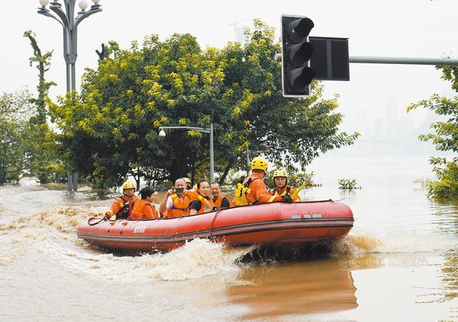 8月20日,重慶市中心沿江部分區域仍被洪水淹沒,救難人員乘汽艇轉移民眾至安全位置。(新華社)
