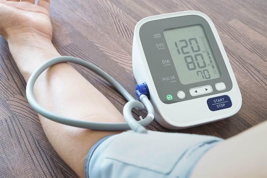 高血壓患者平常要養成經常量血壓的習慣,因為每日測量的數值,比去醫院單次測量的血壓要有意義。 (達志影像/shutterstock)