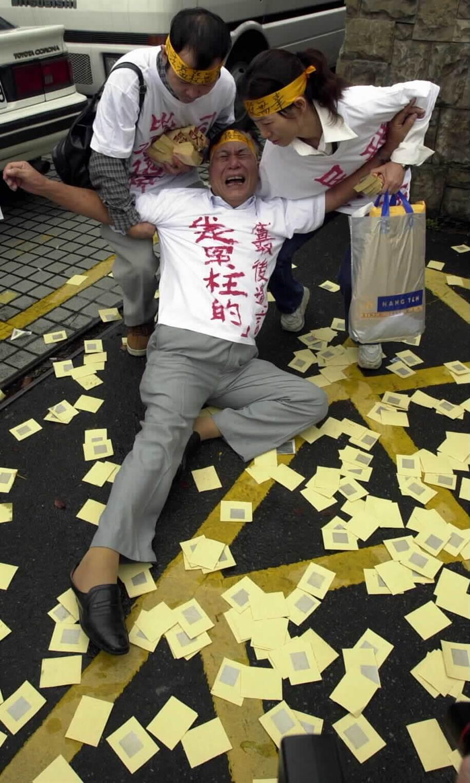 盧正家人灑紙錢抬棺抗議,指該案沒有任何直接證據,僅自白書就被判死刑三審定讞,盧正的家人哭訴要司法還其清白。(圖/鄭超文)