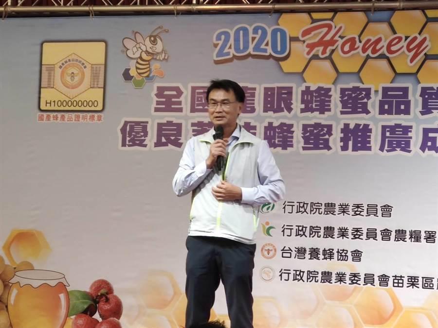 行政院農委會輔導台灣養蜂協會,21日在台中市舉行「109年全國蜂蜜品質評鑑」,農委會主委陳吉仲親自頒獎表揚傑出蜂農。(張妍溱攝)
