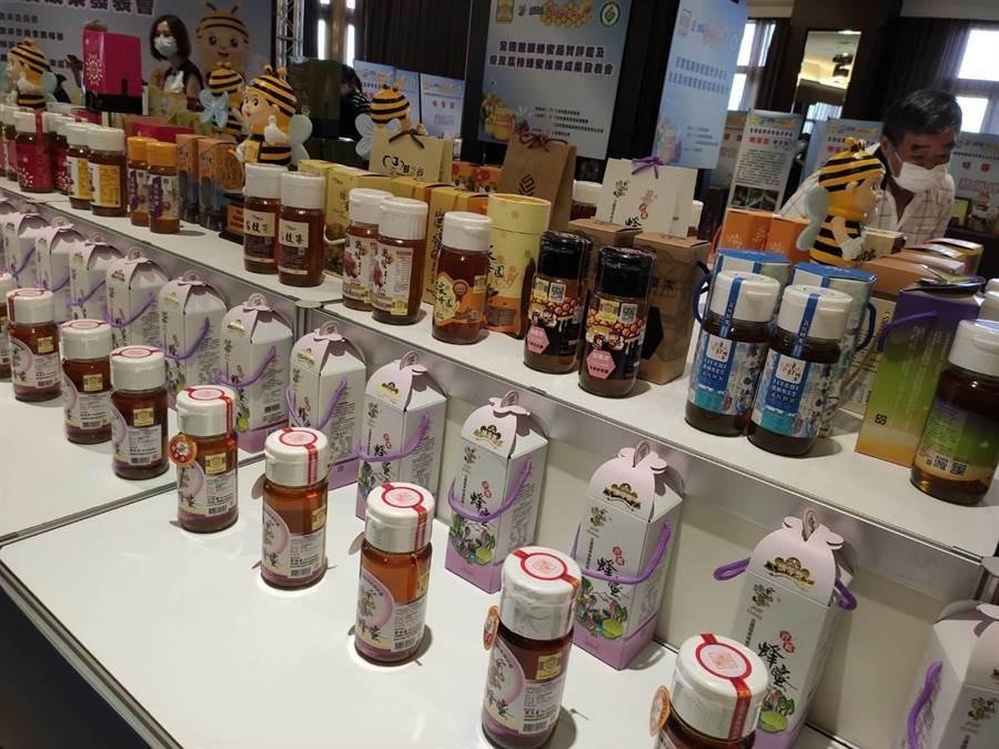 消費者認明蜂蜜罐上的產銷履歷及國產蜂產品證明2款標章,就是純正國產蜂蜜。(張妍溱攝)