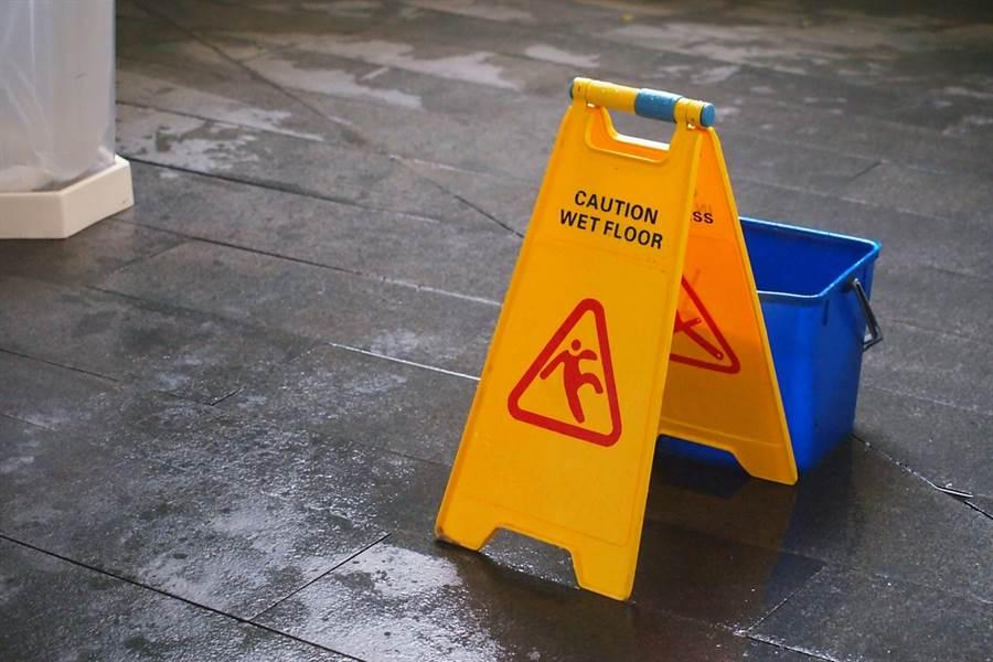 新竹楊姓女清潔工因業務過失,害一男童滑倒摔死。(示意圖/Shutterstock)