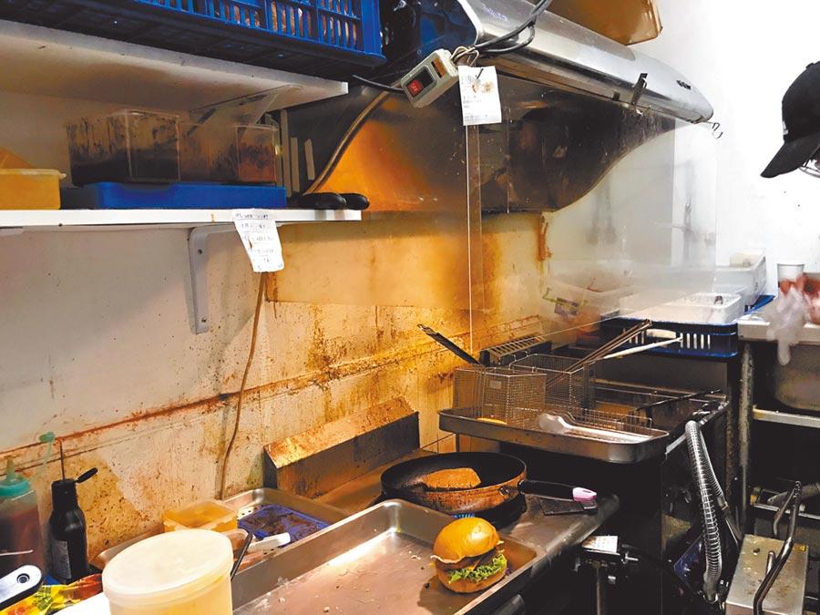 高雄1家漢堡店爆發勞資糾紛,又被檢舉環境衛生髒亂,市府衛生局上門稽查要求限期改善。(高市衛生局提供/柯宗緯高雄傳真)