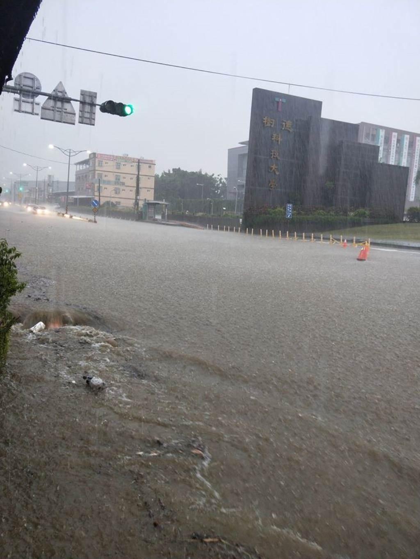 高雄市下午下起大雷雨,樹德科技大學前淹成河。(翻攝臉書社團「燕巢人大小事」)