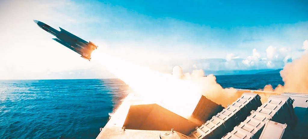 共機繞台次數大增,國防部透過發言人臉書發布「好戰必亡,忘戰必危」影片,內容結合國軍各式飛彈、火箭與野戰防空火炮實彈射擊畫面。(摘自國防部臉書)