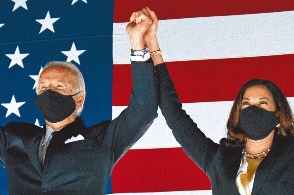圖為民主黨總統候選人前副總統喬·拜登和他的競選夥伴參議員卡馬拉·哈里斯(D.Calif)在2020年8月20日(星期四)在特拉華州威明頓市大通中心舉行的民主黨全國代表大會第4天觀看煙花。(美聯社)