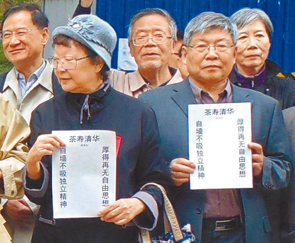 在被「老東家」北京清華大學解雇的同時,大陸自由派法律學者許章潤(左)收到哈佛大學費正清中國研究中心的研究員聘書,為期1年。(中央社)