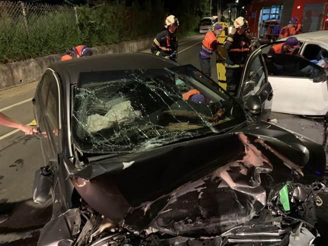 駕駛黑車的陳男右膝骨折,車頭則是全毀。(翻攝照片/黃婉婷桃園傳真)