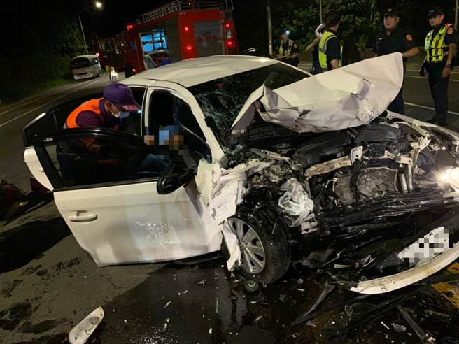 遭撞擊的白車也面目全非,車上4名乘客也分別受到骨折及擦挫傷。(翻攝照片/黃婉婷桃園傳真)