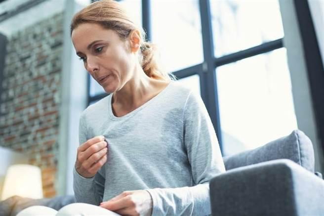 平日若感覺氣喘、胸悶、心悸等,要多注意身體狀態。(示意圖/圖/Shutterstock)
