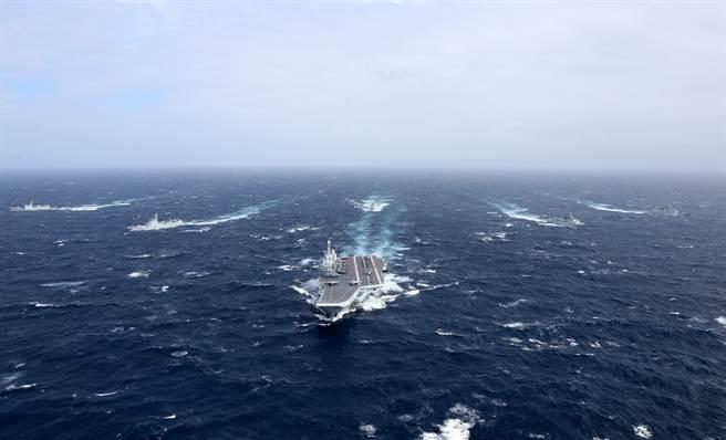 中方海軍遼寧艦航母編隊向西太平洋航渡的資料照。(新華社)