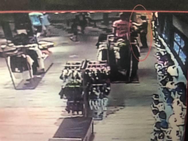 男子趁店員忙著招呼客人,一連行竊3家運動服飾店,得手1萬多元。(讀者提供/曹婷婷台南傳真)