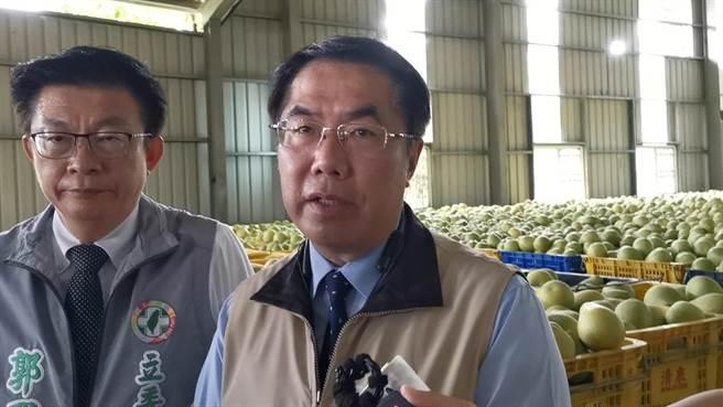 台南學甲再爆爐渣案,黃偉哲(右)今早受訪時表示,檢方偵辦中不便多回應。(劉秀芬攝)