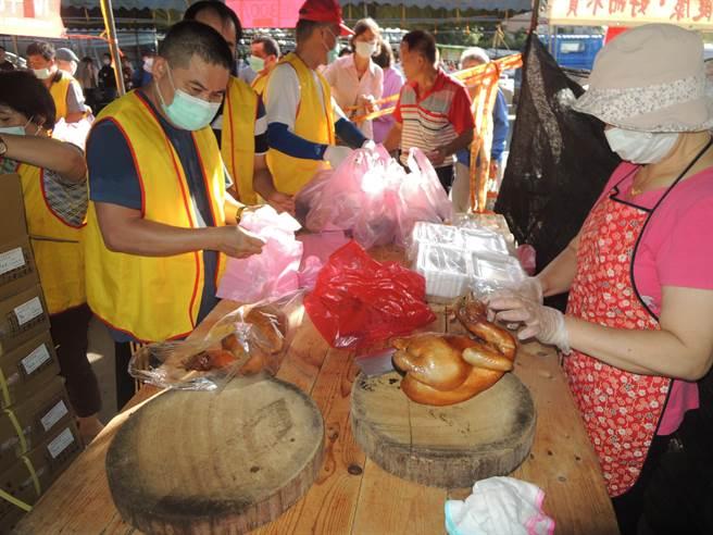 新竹市养鸡协会22日上午在假日花市举办「国产土鸡优惠促销及免费品尝」活动,会场另有甘蔗鸡免费品尝。(陈育贤摄)