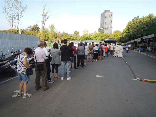 新竹市养鸡协会22日上午在假日花市举办「国产土鸡优惠促销及免费品尝活动」,现场1000只便宜卖的土鸡被民眾排队抢购一空。(陈育贤摄)