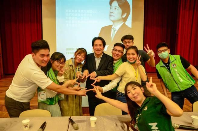 副總統賴清德22日出席民進黨台南市黨部於走馬瀨農場舉辦的青年入政青年培訓營,與青年學子熱鬧互動。(民進黨台南市黨部提供/劉秀芬台南傳真)