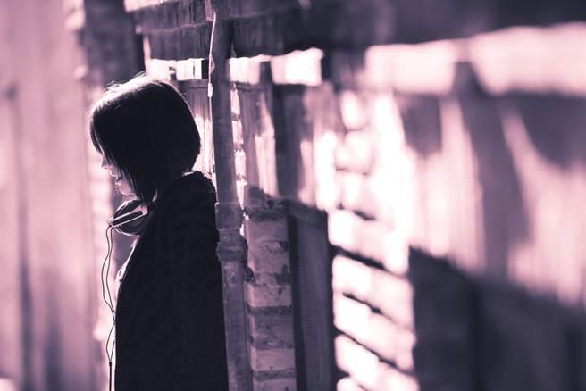 豬哥廟公染指年輕女信眾,小巷裡逼吻更伸鹹豬手。(示意圖/Shutterstock)