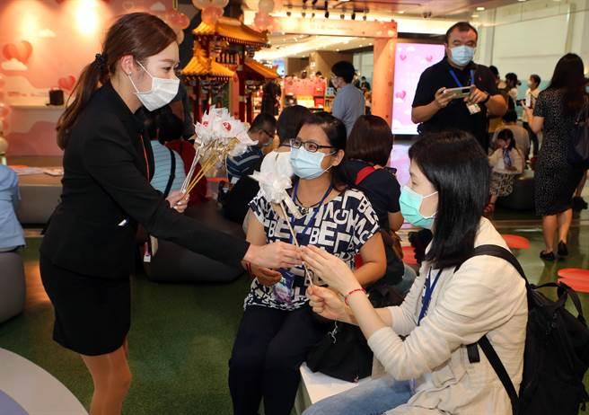 中華航空推出「浪漫七夕、愛在華航」微旅行,結合采盟免稅店幸福情人大道登機。(陳麒全攝)