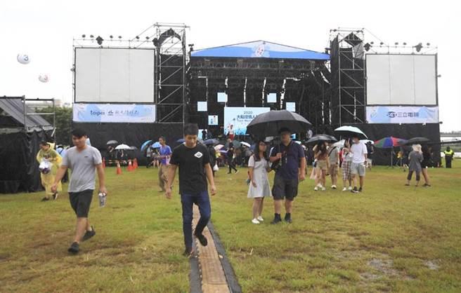 因應巴威颱風海警發布,台北市政府22日下午4點13分宣布,「2020大稻埕情人節」的舞台活動及煙火施放均延期辦理,後續將另行公告活動舉辦時間,人潮逐漸離開活動現場。(張鎧乙攝)