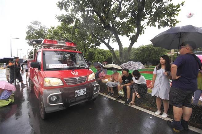 因應巴威颱風海警發布,台北市政府22日下午4點13分宣布,「2020大稻埕情人節」的舞台活動及煙火施放均延期辦理,後續將另行公告活動舉辦時間,義消沿著自行車道廣播延期的最新消息。(張鎧乙攝)