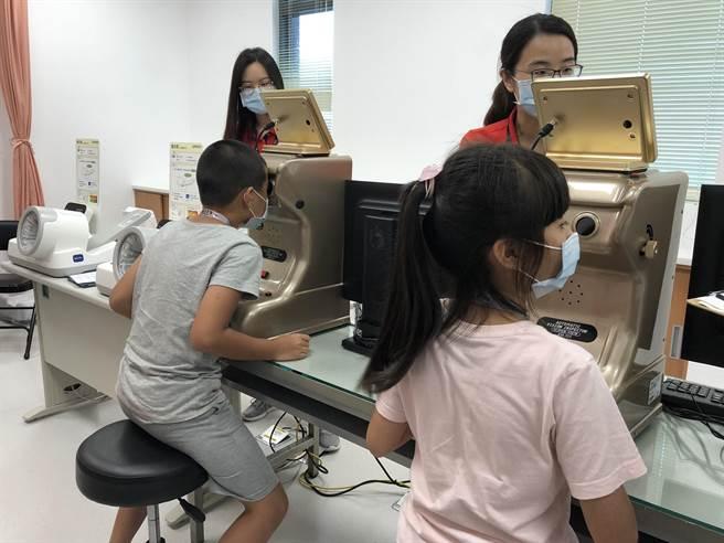 恩主公醫院醫護營小小健康管理師,參加學員體驗,測量視力。(圖/恩主公醫院提供)