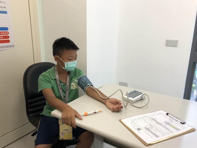 恩主公醫院醫護營小小健康管理師,參加學員體驗測量血壓。(圖/恩主公醫院提供)