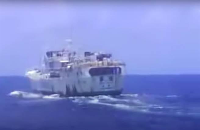 影片中疑似拍到台灣籍漁船,最後檢警調查,排除涉案。(取自Youtube/袁庭堯高雄傳真)