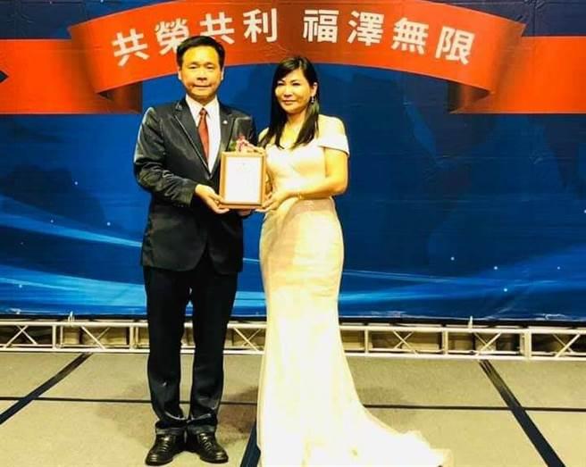陳怡璇(右)接任工商建研會北區會長。左為理事長郭國聖。