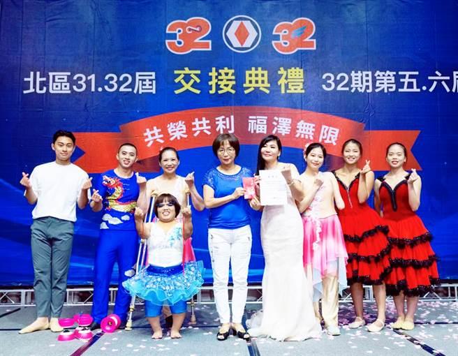 陳怡璇(右四)支持「鳥與水舞集」公益慈善演出。(戴志揚翻攝)