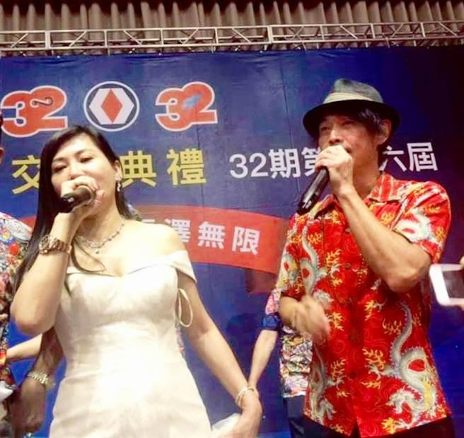藝人黃品源到場祝賀,與陳怡璇共同高歌一曲。(戴志揚翻攝)