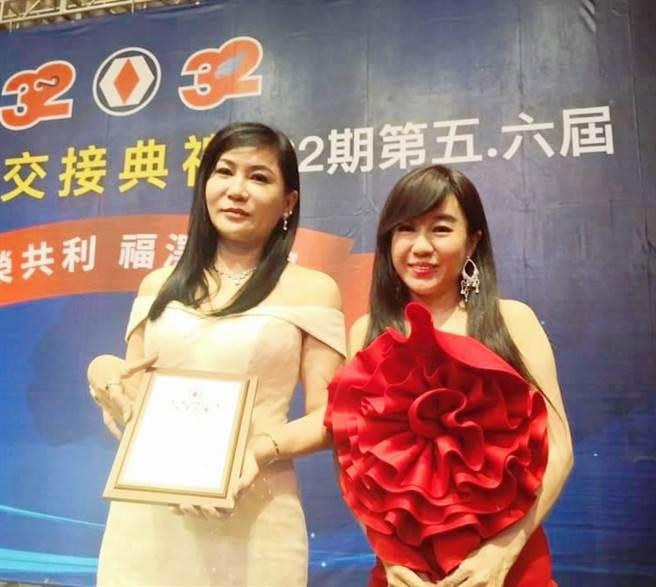 陳怡璇(左)與謝英琴是姊妹淘,一起開心做公益。(戴志揚翻攝)