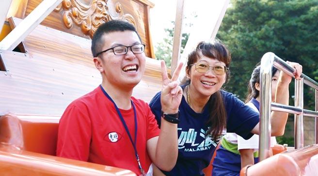 透過全程陪伴視障生玩樂園,讓同仁找回服務業最初的熱情,也更加設身處地了解不同族群的需求。圖/麗寶樂園渡假區