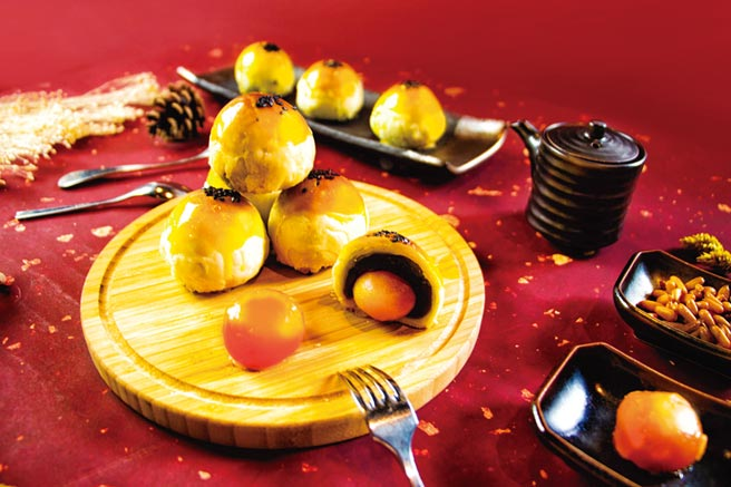 台中林酒店是少數手工自製月餅禮盒的五星飯店,「月舞樂林」蛋黃酥禮盒,五星主廚手工限量製作9月20日前享早鳥優惠。圖/台中林酒店提供