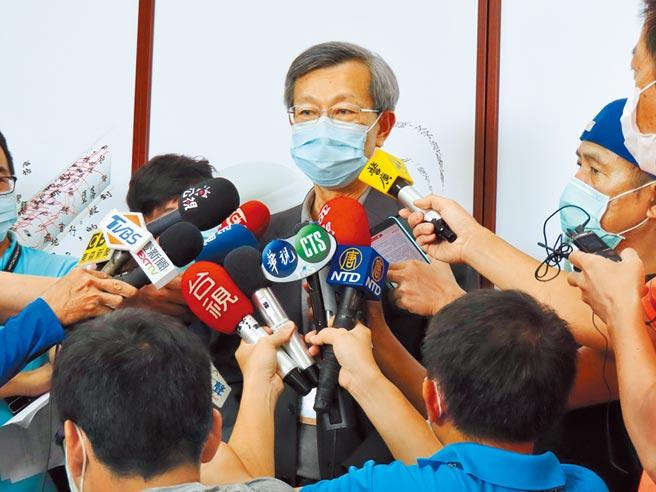 彰化縣衛生局長葉彥伯昨出面說明採檢通報爭議。(吳敏菁攝)