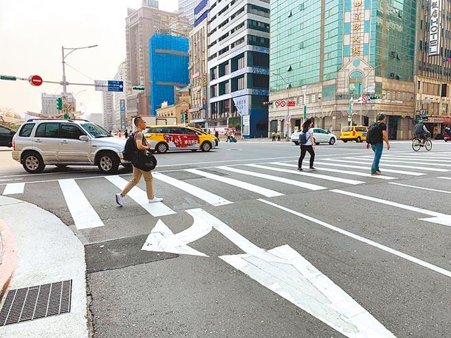 交通部將提高車輛未禮讓行人的罰鍰,上限從3600元提高至6000元。(本報資料照片)