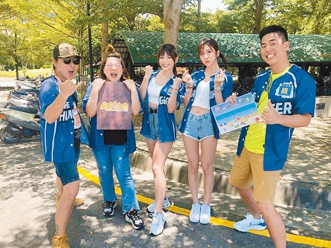 王仁甫(左起)與杜詩梅、東東、潘映竹、柯有倫大啖龍蝦。(中視提供)