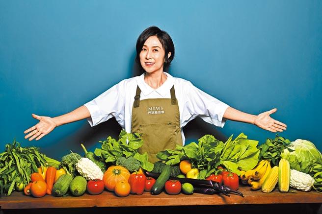 黃韻玲為公益拍宣傳照,與滿桌生菜水果一同入鏡。(門諾基金會提供)