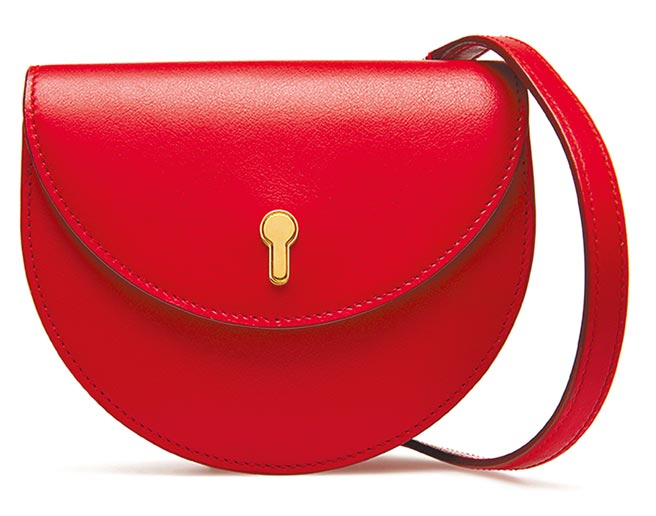 Bally Cecyle紅色牛皮金色鎖匙迷你肩包,1萬4880元。(Bally提供)