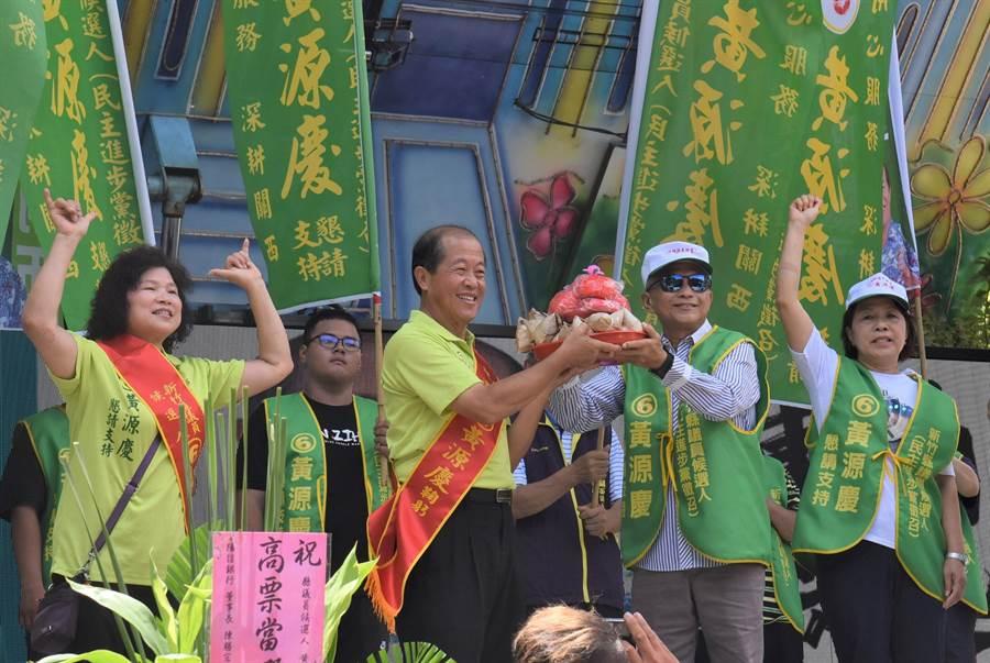 前議員嚴永秋(右二)為參與補選的黃源慶(右三)站台,象徵關西地區泛綠團結。(莊旻靜攝)