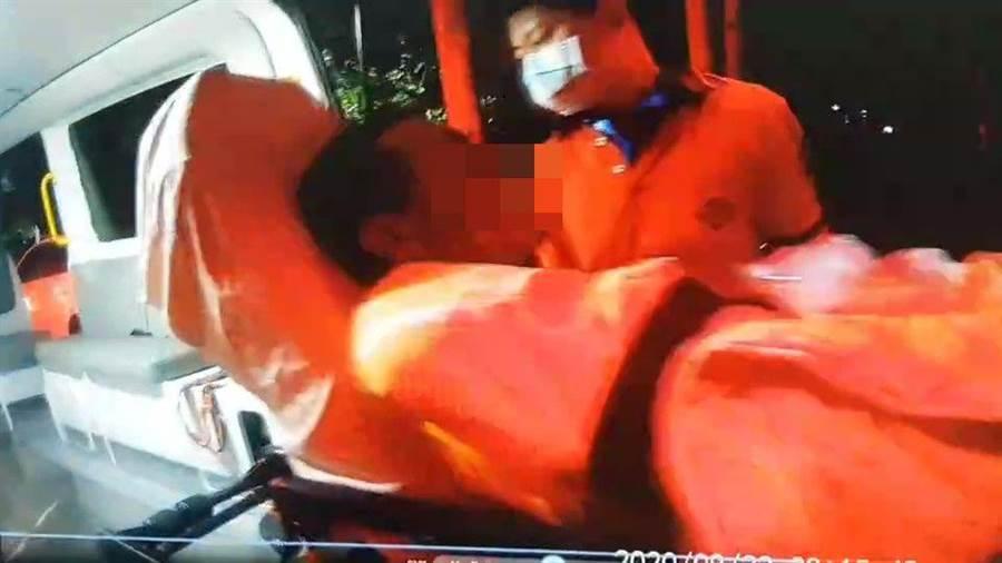 疑似被鹽酸潑傷的男子由救護人員送醫急救後不治。(讀者提供)