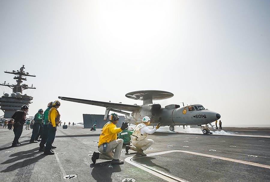 美主管軍務助卿庫伯說,美將確保及滿足台灣防衛能力與需求。據悉明年國防預算已編15.1億,為台空軍6架E-2K預警機升級,完成後將達美軍E-2D同等級性能。圖為羅斯福號上最新預警機。(摘自美國海軍臉書)