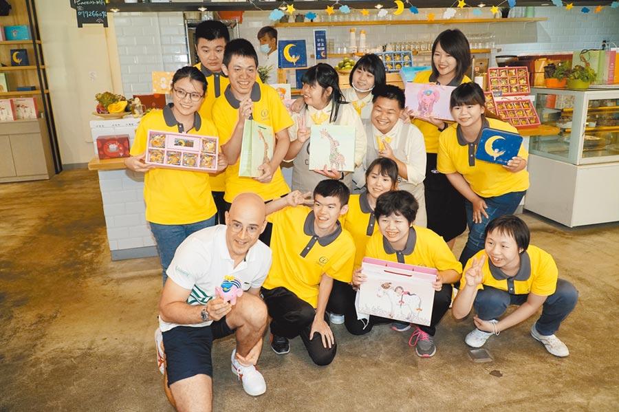 藝人吳鳳(前排左一)擔任公益大使,推薦喜憨兒基金會的月餅。(莊旻靜攝)
