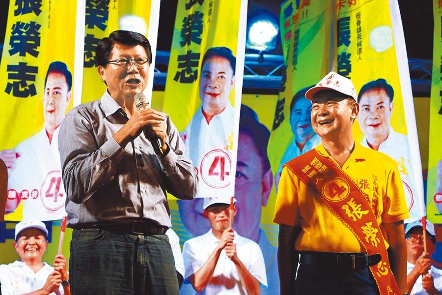 謝龍介(左)替國民黨籍候選人張榮志(右)站台拉票,並承諾張若當選要炒米粉給大家吃。(謝佳潾攝)