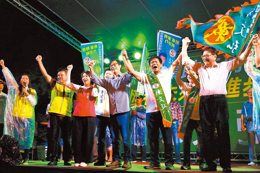 民進黨籍候選人陳文弘(右二)21日請來新任高雄市長陳其邁(右三)出席選前之夜。(謝佳潾攝)