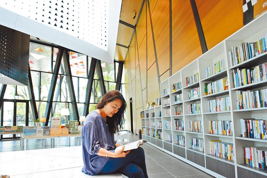 屏東縣過去幾年公共圖書館借閱率始終低迷,近來透過服務升級,並與屏東郵局合作,提升通閱效率,讓各鄉鎮圖書可以快速流通,縮短民眾等書期。(林和生攝)
