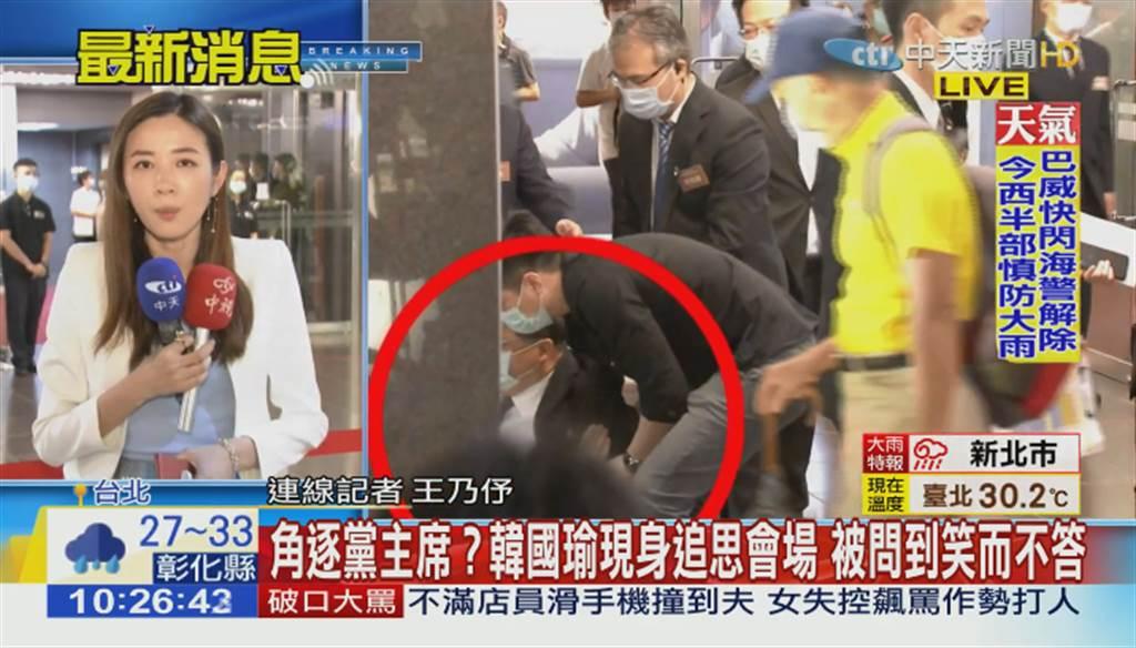 前台中市長胡志強(紅圈處)出席郝柏村追思會,不慎摔倒。(圖/中天新聞畫面)