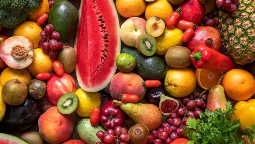 營養師指出,吃西瓜、蘋果等天然蔬果更能消暑。(達志影像/shutterstock)