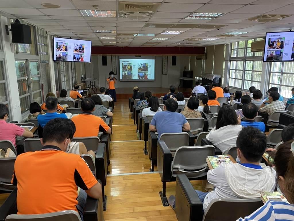 百餘位老師齊聚虎山實小參與12年國教跨領域教學研討會。(曹婷婷攝)